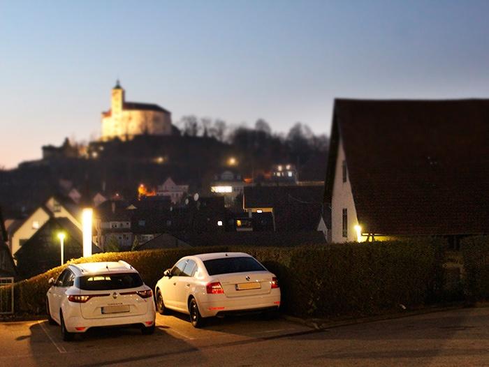 Hotelparkplatz mit Schlossblick